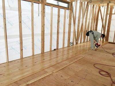 建設中-床貼り