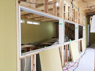 建設中-窓枠