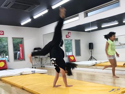 体操クラス側転
